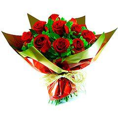 Bouquet com doze rosas tipo exportação. Embalagem em vermelho e dourado. Clássico, chic e infalível.