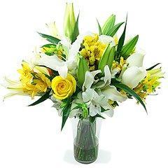 Maravilhoso vaso de acrílico com lírios, rosas e alstroemérias.  Obs: Os lírios geralmente são entregues com as flores ainda em forma de botão de forma a durarem mais para o cliente.