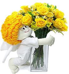 Um delicado anjinho de pelúcia traz um vaso de rosas nacionais amarelas.