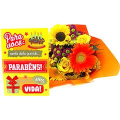 Um colorido bouquet com rosas nacionais, flores do campo e gérberas. Acompanha um cartão de Aniversário.