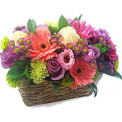 Cesta de flores mistas em tons de rosa e lilás super charmosa.