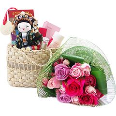 Um presente feminino para acertar em cheio - uma bonequinha mensageira, em uma cestinha charmosa de palha contendo um batom e um hidratante, ambos da Natura. Acompanha um pequeno bouquet de flores nacionais.