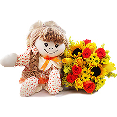 Resgatando os doces costumes da velha infância, temos uma bonequinha de pano com detalhes em laranja e um lindo bouquet misto de flores no mesmos tons.