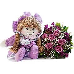 Resgatando os doces costumes da velha infância, temos uma bonequinha de pano com detalhes em lilás e um lindo bouquet misto de flores nos mesmos tons.