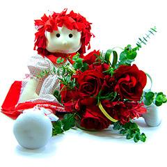 A tradicional bonequinha de pano, ganha ares fashion e de sofisticação com esta versão exclusiva da Florencanto em tons vermelho. Acompanha um pequeno bouquet de rosas importadas vermelhas e folhagens.