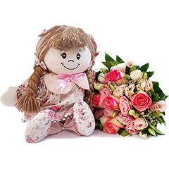 Resgatando os doces costumes da velha infância, temos uma bonequinha de pano com detalhes em cor de rosa e um lindo bouquet misto de flores nos mesmos tons.