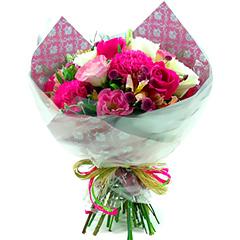 Bouquet delicado com flores mistas em tons de pink, rosa e branco.
