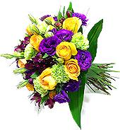 Lindo e colorido bouquet de flores nobres (lisianthus, alstroemérias, rosas, cravos, etc) em tons contrastantes de amarelo, verde e roxo.