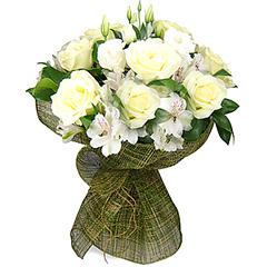 Um clássico e formoso bouquet confeccionado com flores em tons de branco (rosas e alstroemérias importadas) e folhagens diferenciadas embalado em tela
