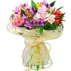 Colorido e suntuoso bouquet confeccionado com alstroemérias importadas coloridas e embalado em tela de fibra importada exclusiva Florencanto.