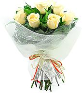 Delicado bouquet com 10 rosas nacionais champagne.