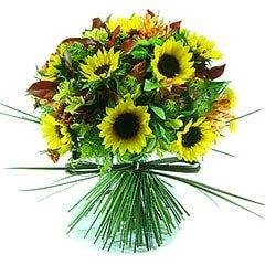 Belíssimo bouquet confeccionado com girassóis, alstroemérias e folhagens diversas. Campestre e cheio de alegria.
