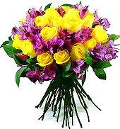 Bouquet com alstroemérias lilases  e rosas de intenso amarelo.