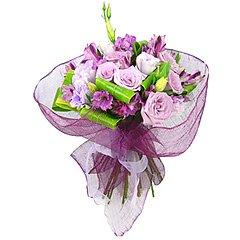 Belíssimo bouquet em tons de lilás, confeccionado com alstroemérias,  rosas e folhagens, embalado em fina tela importada exclusiva Florencanto e laço de cetim.