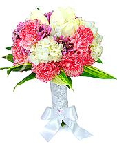 Delicado e romântico bouquet em tons de rosa, lilás e branco, confeccionado com cravos bicolores importados, rosas nacionais, alstroemérias importadas, hortênsia e folhagem com acabamento em cetim trançado e laço.