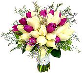 Lindo bouquet de tulipas roxas e rosas brancas importadas com folhagens e acabamento em cetim.