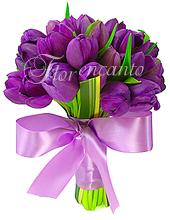 Maravilhoso bouquet de noiva com  tulipas roxas e acabamento em cetim lilás.