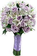 Bouquet de rosas nacionais lilases e alstroemérias importadas brancas, com acabamento em folhagem e cetim lilás.