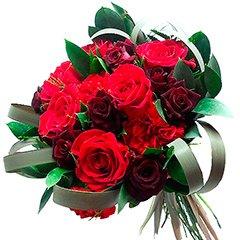 Bouquet romântico com diversas flores em tons de vermelho, a cor da paixão.