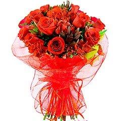 Belíssimo bouquet em tons de vermelho, confeccionado com rosas tipo exportação e demais flores em tons de vermelho, folhagens e embalado em fina tela importada.