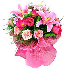 Maravilhoso bouquet em tons de rosa e pink, confeccionado com lírios, rosas nacionais e importadas, gérberas e folhagens, com acabamento em tela importada. Obs: Os lírios geralmente são entregues com as flores ainda em forma de botão de forma a durarem mais para o cliente.