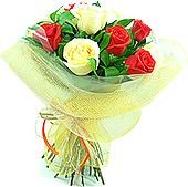 Bouquet de 10 rosas nacionais champagne e laranja envolto em tela.