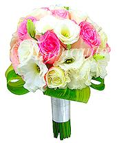 Delicado e fino! As rosas importadas em tons de rosa e os lisianthus brancos conferem jovialidade e doçura à composição.