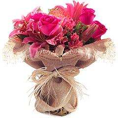 Exótico bouquet em tons de pink/rosa composto de alstroemérias, lirios e rosas. Obs: Os lírios geralmente são entregues com as flores ainda em forma de botão de forma a durarem mais para o cliente.