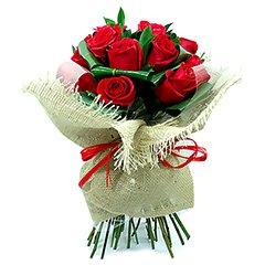 Bouquet com aproximadamente 20 rosas tipo exportação embaladas em juta.
