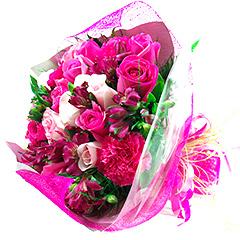 Mix floral em combinação com rosas entre outras flores. O bouquet é embalado com tela.