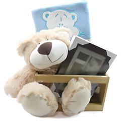 Um presente bem útil e bonito para o bebê que acaba de chegar - um ursinho de pelúcia, com um porta retrato, um produto Granado Bebê e uma mantinha bem fofa.