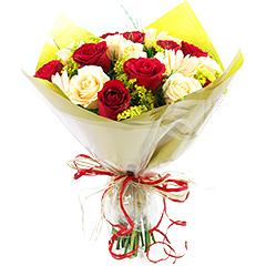 Delicado bouquet com rosas e gérberas em tons de vermelho e champagne.