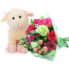 Delicado bouquet em tons de rosa e pink, com uma simpática ovelhinha de pelúcia.