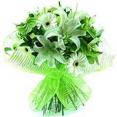 Maravilhoso bouquet de flores mistas ( gérberas, lírios, antúrios, rosas importadas) e folhagens em acabamento com tela importada. Obs: Os lírios geralmente são entregues com as flores ainda em forma de botão de forma a durarem mais para o cliente.