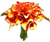 Exótico bouquet de noiva confeccionado com callas laranja e toques acobreados e com acabamento em cetim liso.