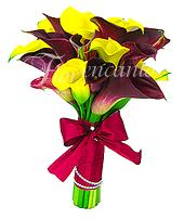 Bouquet de noiva de contrastantes cores - callas amarelas e vinho com acabamento em cetim, strass e laço.