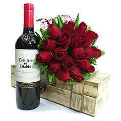 Lindo bouquet de rosas nacionais vermelhas e um baú com um vinho tinto chileno de ótima qualidade -Casillero Del Diablo.