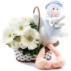 Delicada cesta de flores em tons claros, com uma simpática cegonha de pelúcia para comemorar a vinda de um lindo menininho.