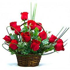 Tradicional cesta com doze rosas vermelhas tipo exportação.