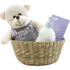 Simpático ursinho de pelúcia em cestinha rustica com uma loção Hidratante Relaxante Natura Mamãe e Bebê.