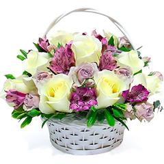 Cesta de flores em tons delicados de branco e lilás.