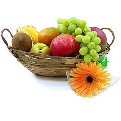 Cesta com diversas frutas da época e uma linda gérbera como arremate.