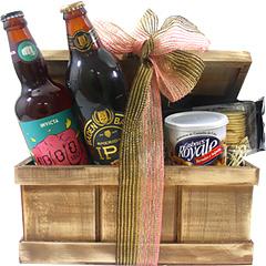 Duas fortes e deliciosas cervejas em baú de madeira contendo um petisco saboroso e castanhas.