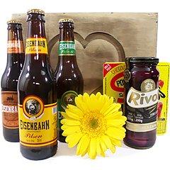 Três deliciosas cervejas da marca Eisenbahn, em um sofisticado baú de madeira contendo azeitonas pretas e salaminho petisco.