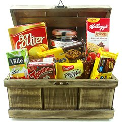 Um café da manhã delicioso pode começar com essa cesta contendo - uma bolacha salgada, barrinhas de cereal, bolinho, cookies, pão de mel, achocolatado, suco, polenguinho, geleia.