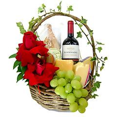 Uma rústica e exclusiva cesta repleta de delícias - um vinho tinto chileno, uma mini baguete, um patê, uvas e quatro tipos de queijos finos. As maravilhosas rosas importadas completam o cenário de um presente inesquecível.