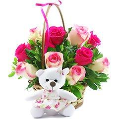 Linda cesta com doze rosas nacionais tipo exportação e charmosa ursinha de pelúcia.
