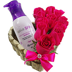 Super hidratante e perfumado creme Boticário Açaí  com coração de rosas pink.