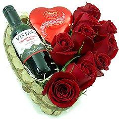 Um coração rústico repleto de surpresas - um vinho tinto chileno baby (187 ml), rosas vermelhas e um coração com bombons Lindt.