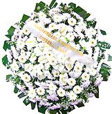 1 metro -  Uma clássica coroa fúnebre confeccionada com belas flores em tons de branco e folhagens. ANTECEDÊNCIA MÍNIMA DO PEDIDO - 3h.